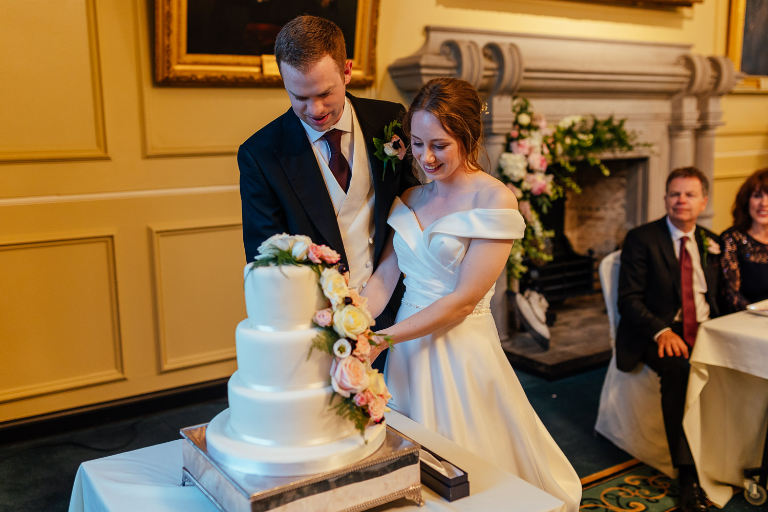 St Andrews Wedding St Salvators Hall Bride Groom Cutting Cake