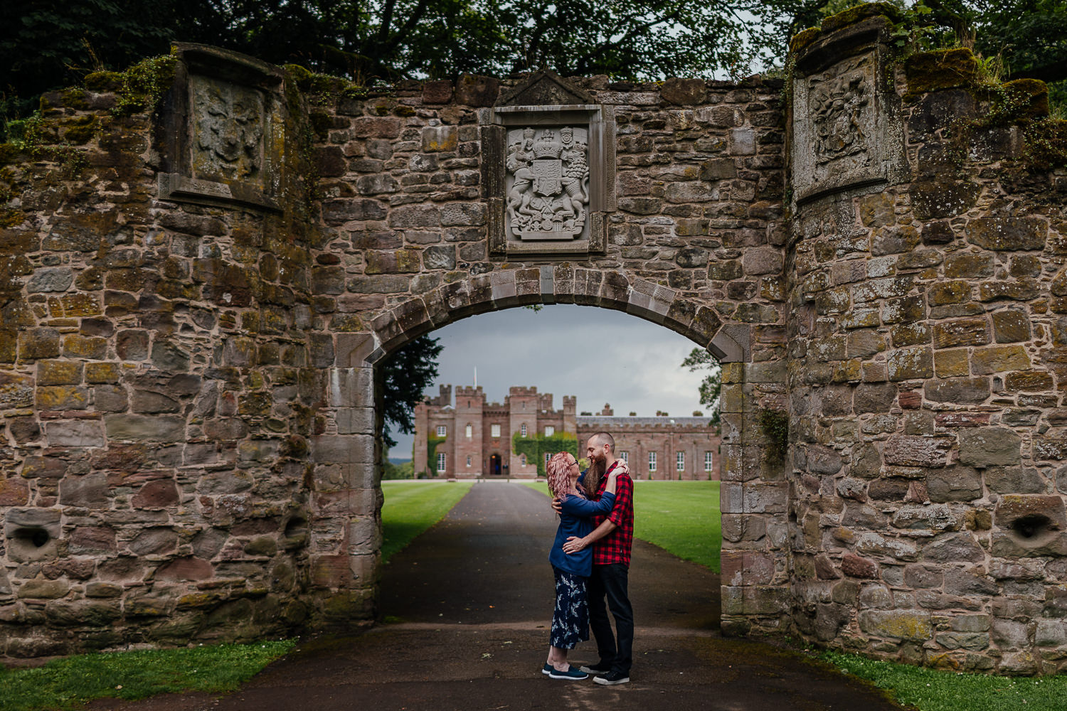 Scone palace couples shoot under arch